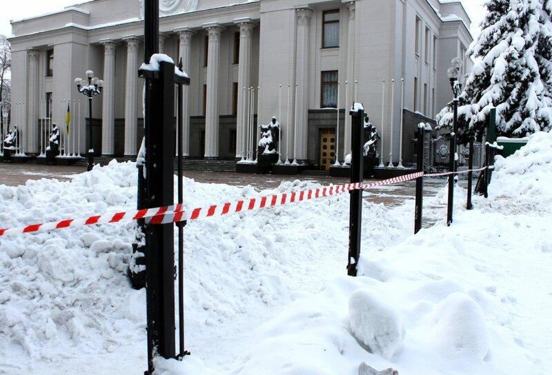 Свобода спилила забор перед Верховной Радой