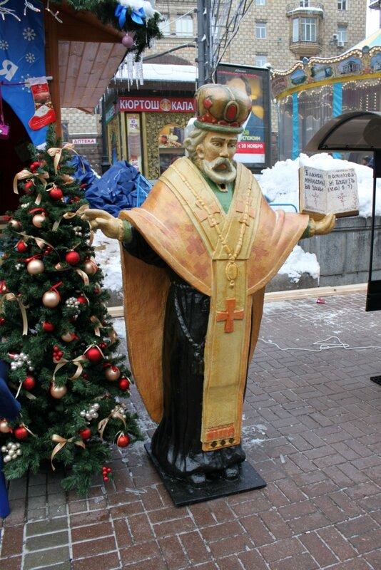 Фигура Святого Николая на новогодней ярмарке Киева
