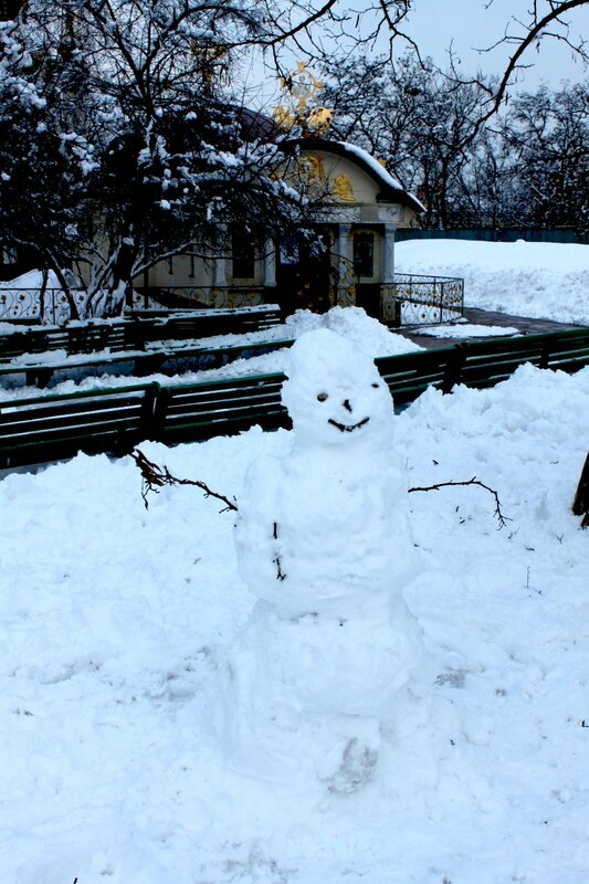 Снеговик перед Десятинным монастырем