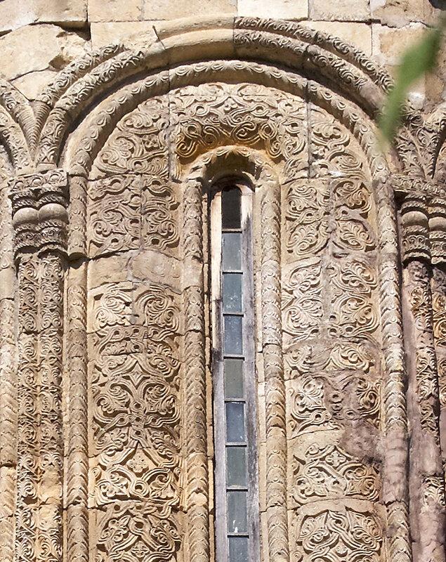 Церковь Никорцминда в Раче. Резьба вокруг окна на барабане