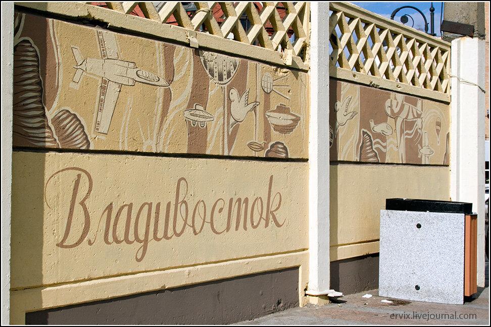 """Вторая """"правосторонняя"""" улица, Мордовцева, находится буквально в 100 метрах к северу. Городские заборы украшены нехитрым муниципальным """"искусством""""."""