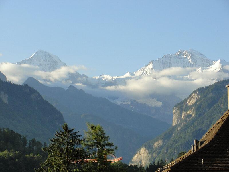 Unterseen. Вид из  окна... Вершины: слева Mönch - Монах, справа Jungfrau - Дева