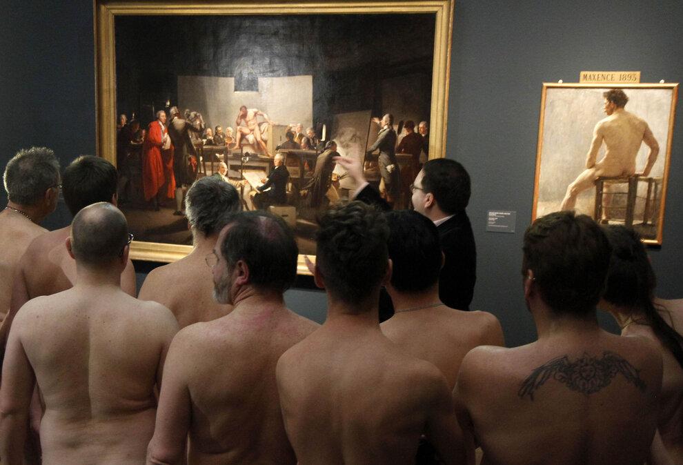 Музей голых женщин, хуй сильно раздвинул жопу