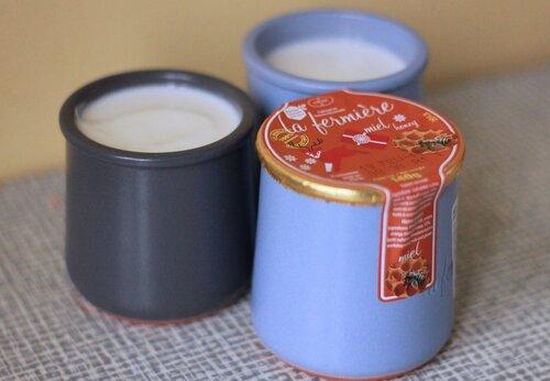 Греческая закуска - цацики, йогурт с зеленью в керамической чашке и соленья francesco perre / фотобанк лори