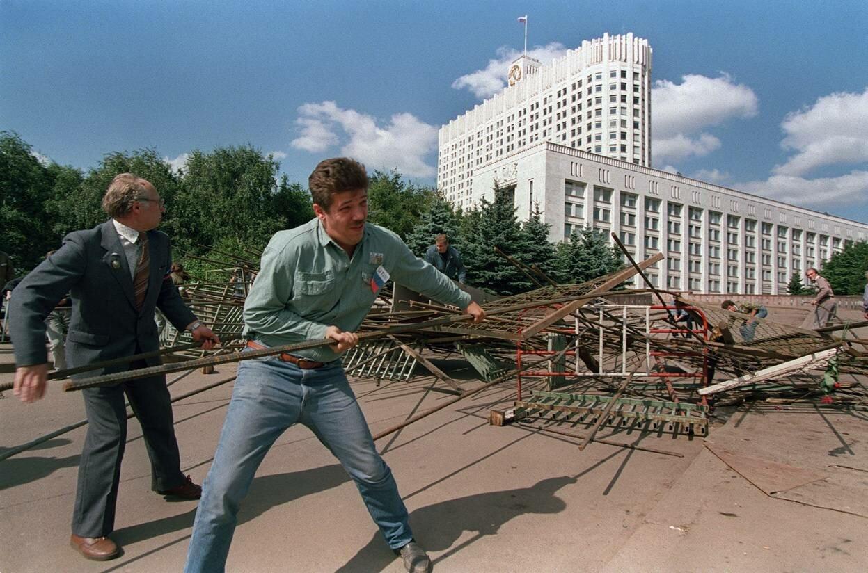 25 августа 1991. Группа сторонников Бориса Ельцина разбирают одну из баррикад вокруг Белого дома