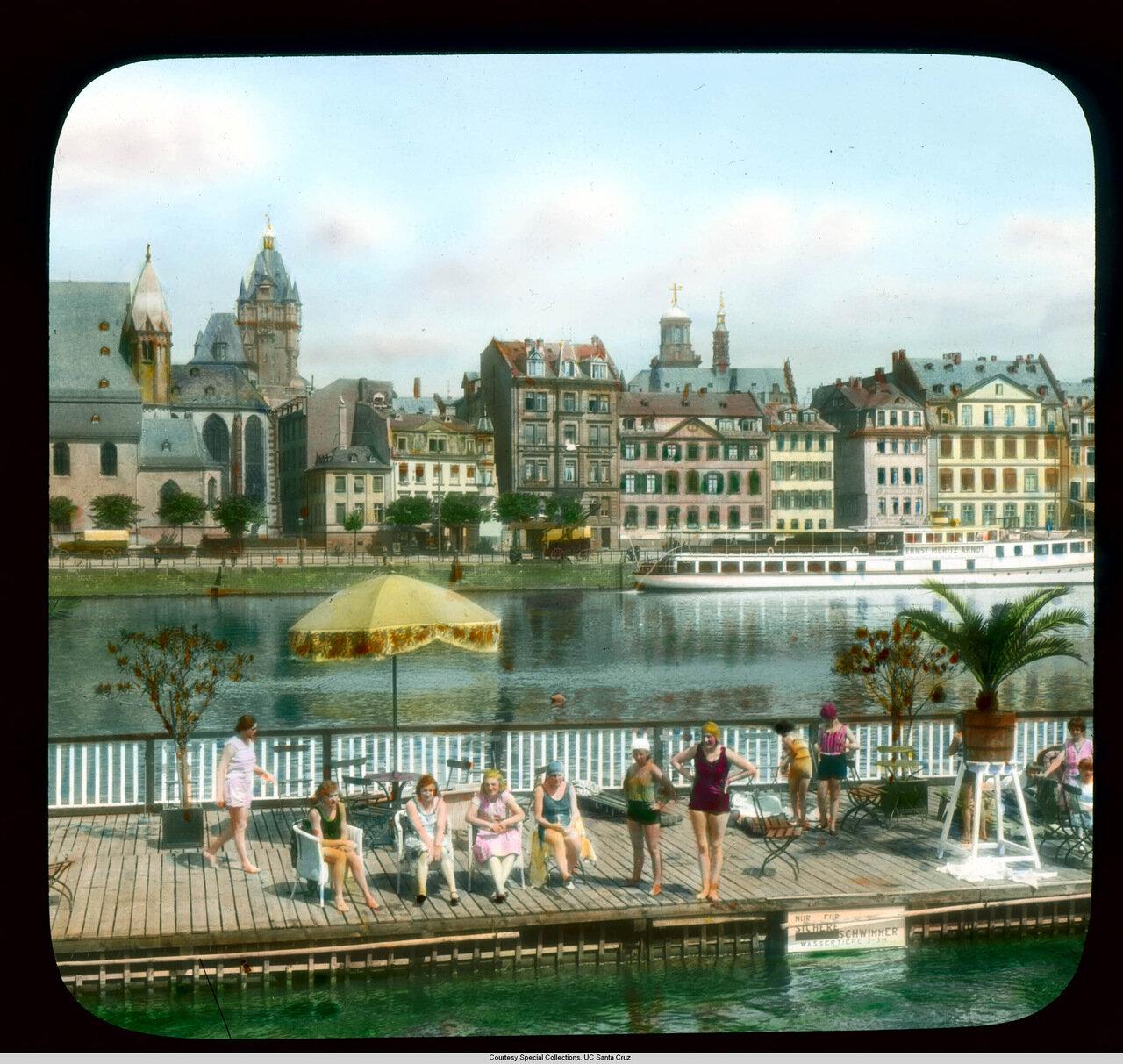 Франкфурт-на-Майне. Люди плавают и отдыхают в Заксенхаузене