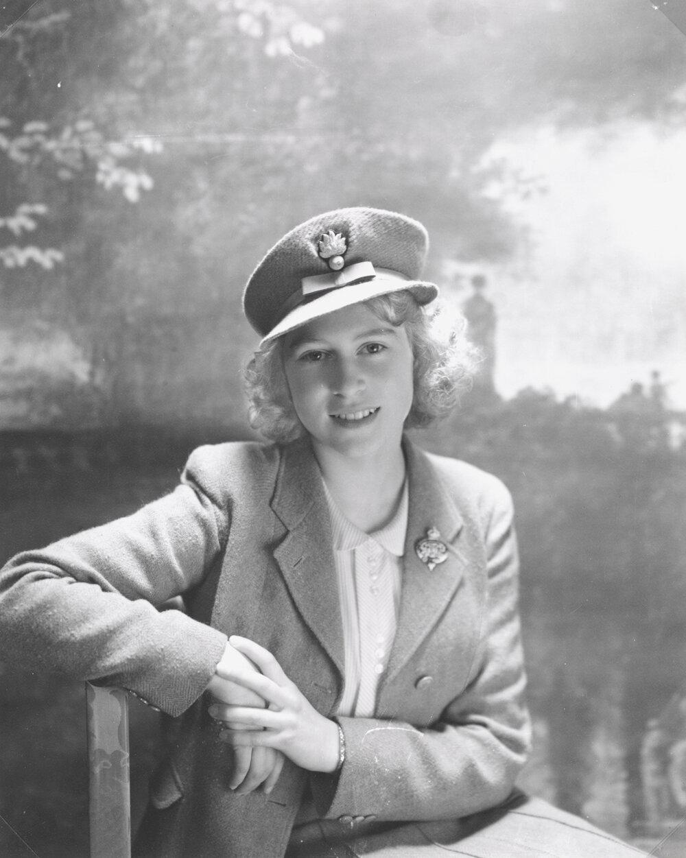 Принцесса Елизавета, как полковник  гвардейских гренадеров, Букингемский дворец. окт 1942 г.