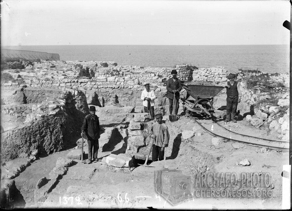 Рабочие на раскопках кварталов на северном берегу херсонесского городища