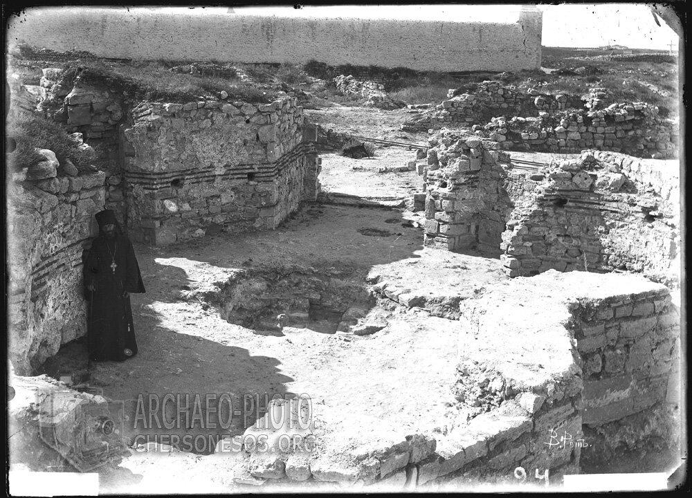 Священник в крещальне Уваровской базилики