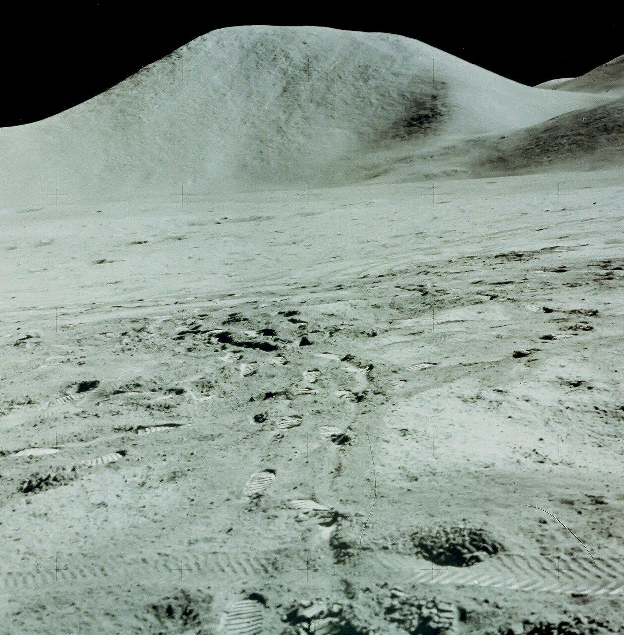 В отдалении над горизонтом доминировали холмы и гора Хэдли. На снимке: гора Хэдли