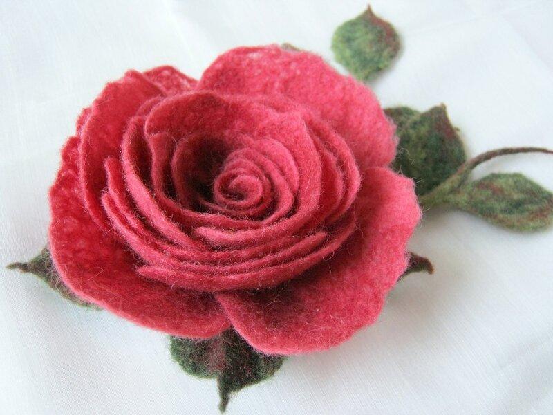 Цветок королевы. Роза с веточками из войлока.