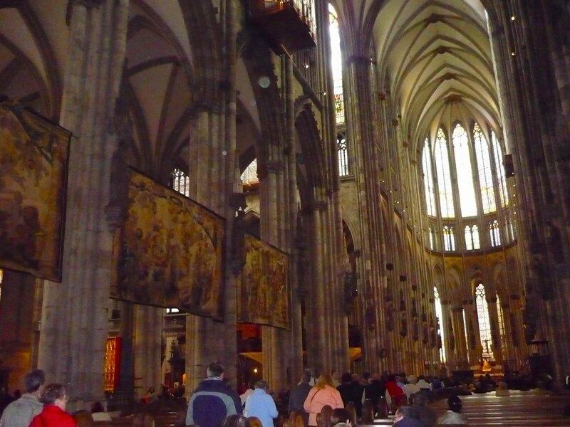 Picture 120.jpgВнутреннее пространство собора огромно. Одновременно в нем могут находиться более 8000 человек