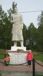 День освобождения Брянской области от фашистских захватчиков. У мемориальной доски с фамилиями земляков, погибших на фронте.