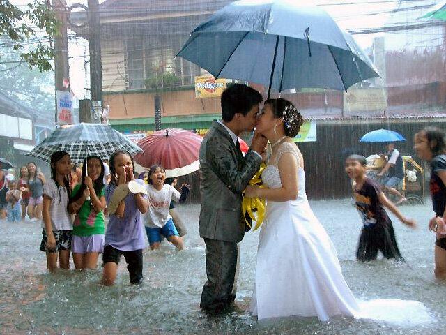 И только свадьба... плыла?