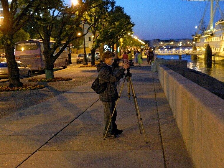 Юный фотограф белой ночью