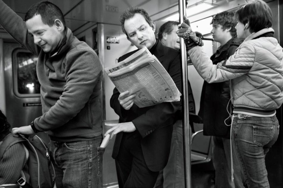 Воры-карманники ищут легкую добычу: растерянный турист с кучей пакетов в руках, девушка, сосредоточ