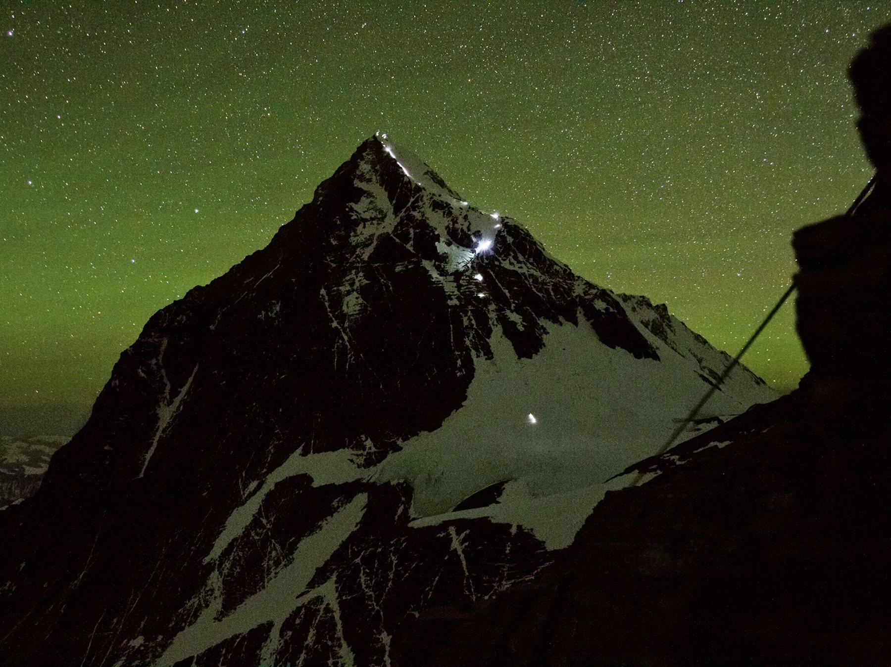 Прожекторы освещают путь группе альпинистов, совершающих восхождение на вершину Эвереста в утрен