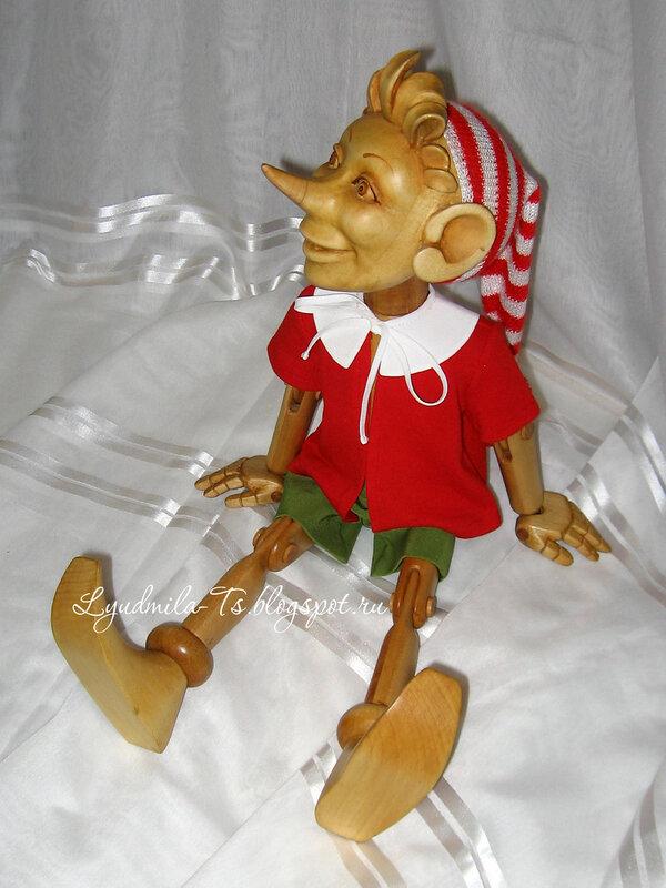 Буратино деревянный, деревянная игрушка, игрушка из дерева, мальчик с длинным носом, дерево липа, шарнирная кукла, буратино на шарнирах, красная курточка, зеленые шортики, полосатая шапочка, деревянная шарнирная кукла.