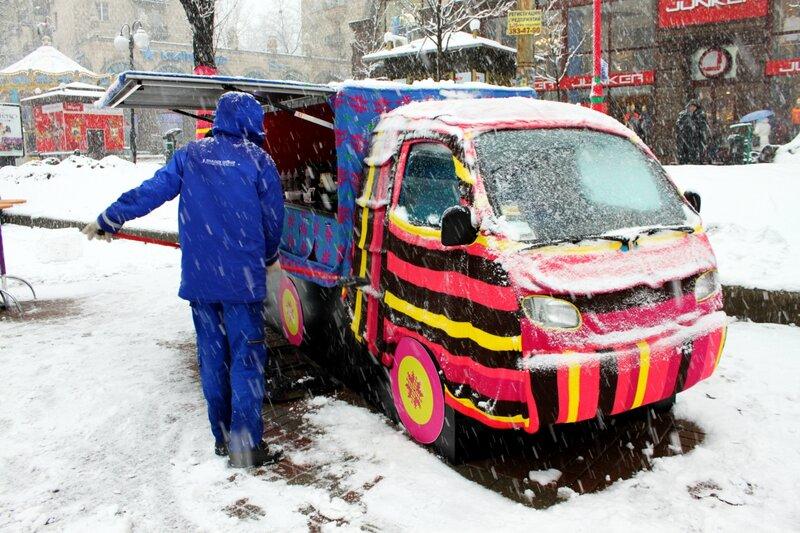 Вязаный свитер на автомобиле