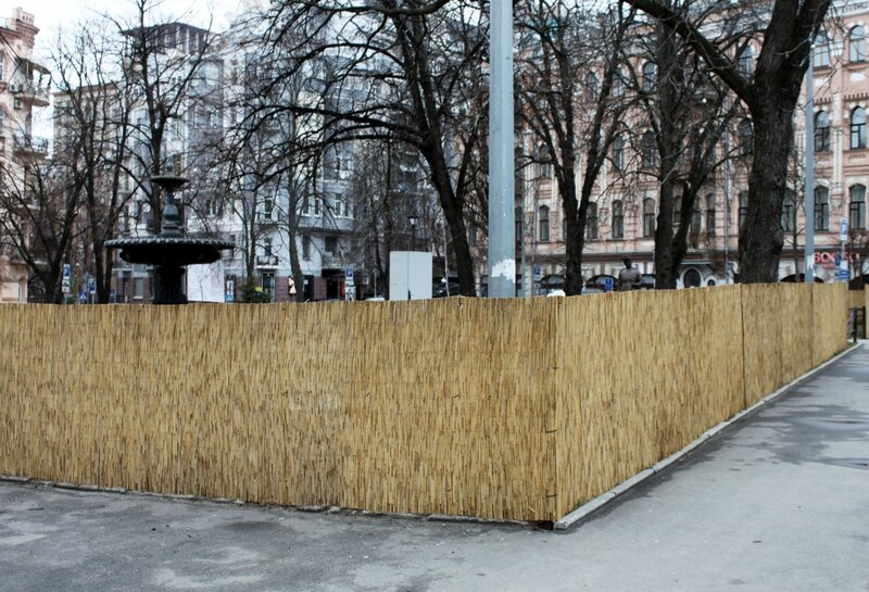 Сквер на площади Франко огородили циновкой