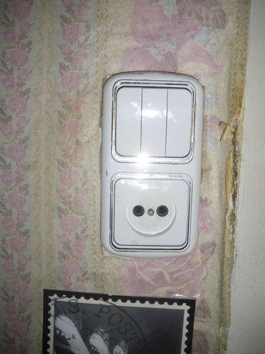 Фото 1. Блок-выключатель (комбинация трёхклавишного выключателя освещения коридора, санузла, кухни и штепсельной розетки). Заказчица была уверена в том, что он сломался, однако диагностика показала его исправность.
