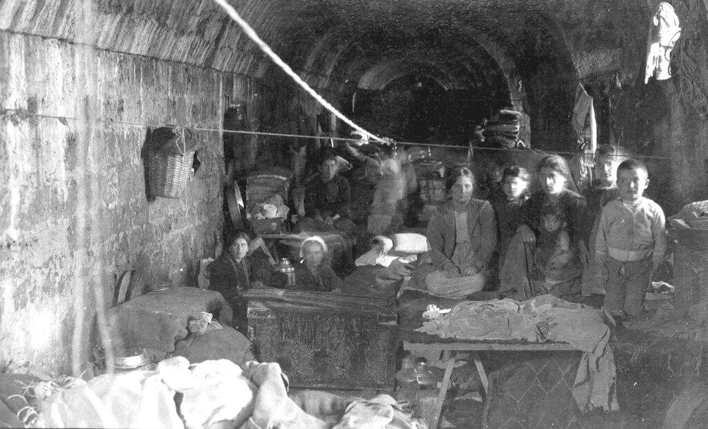 Армянские беженцы, живущие в подвалах