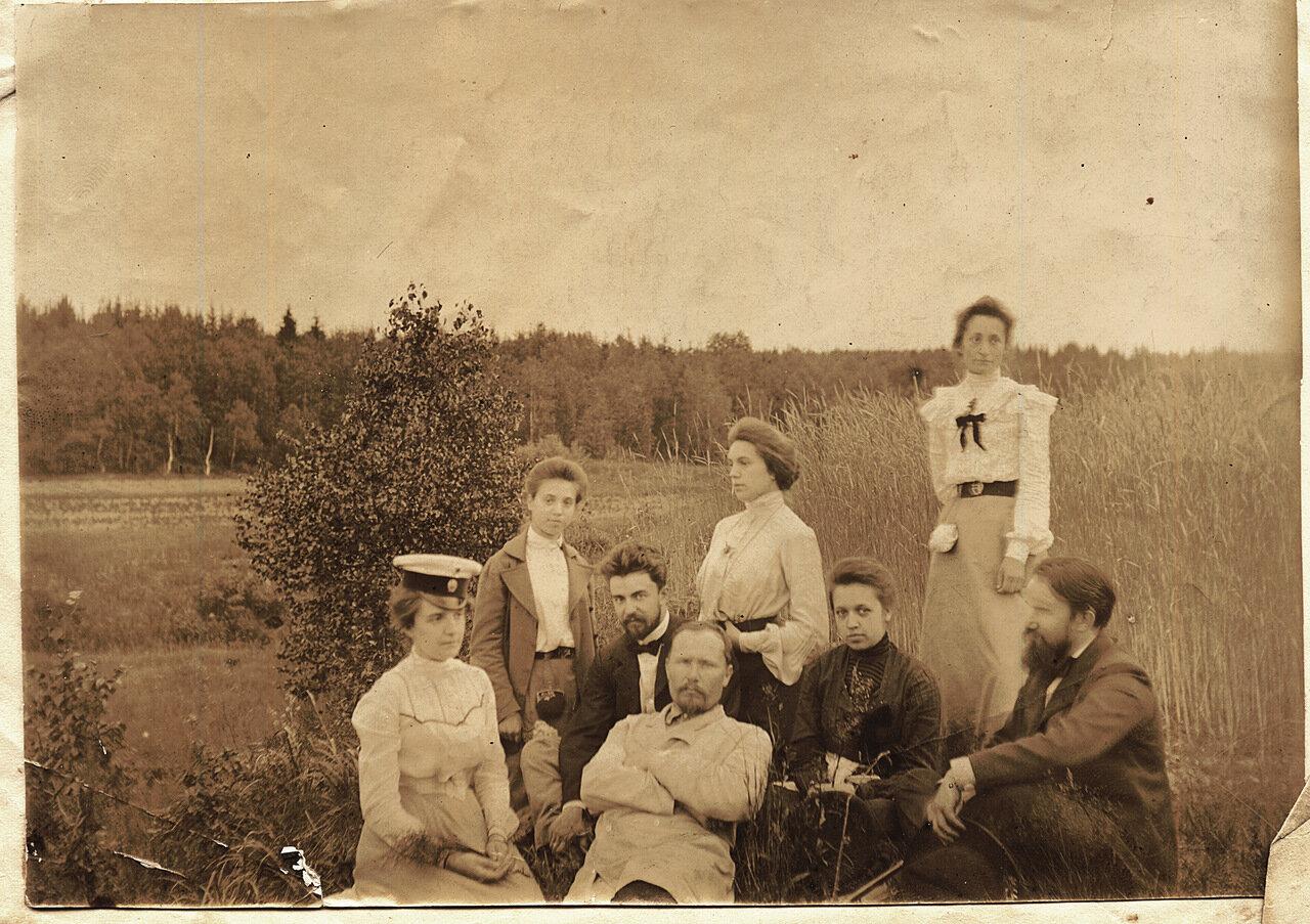 1902. Компания Рубашкиных сидя в поле