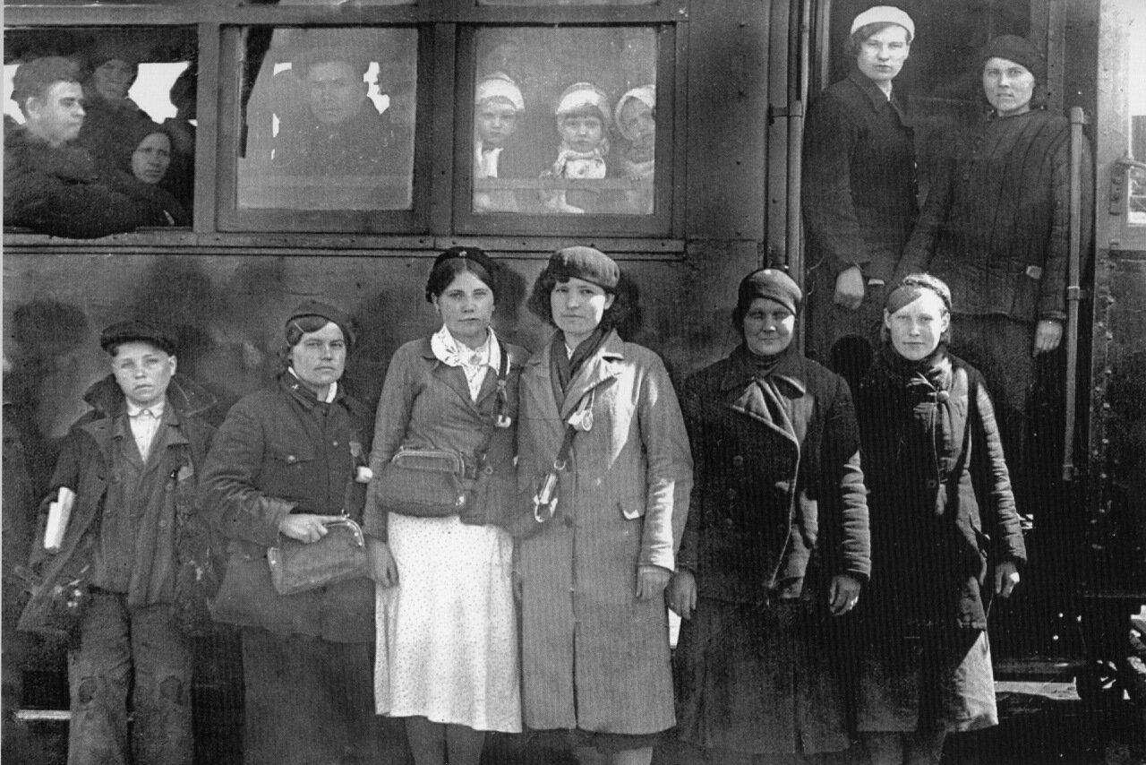 Вагоновожатые и кондукторы сталинского трамвая. 1942 год