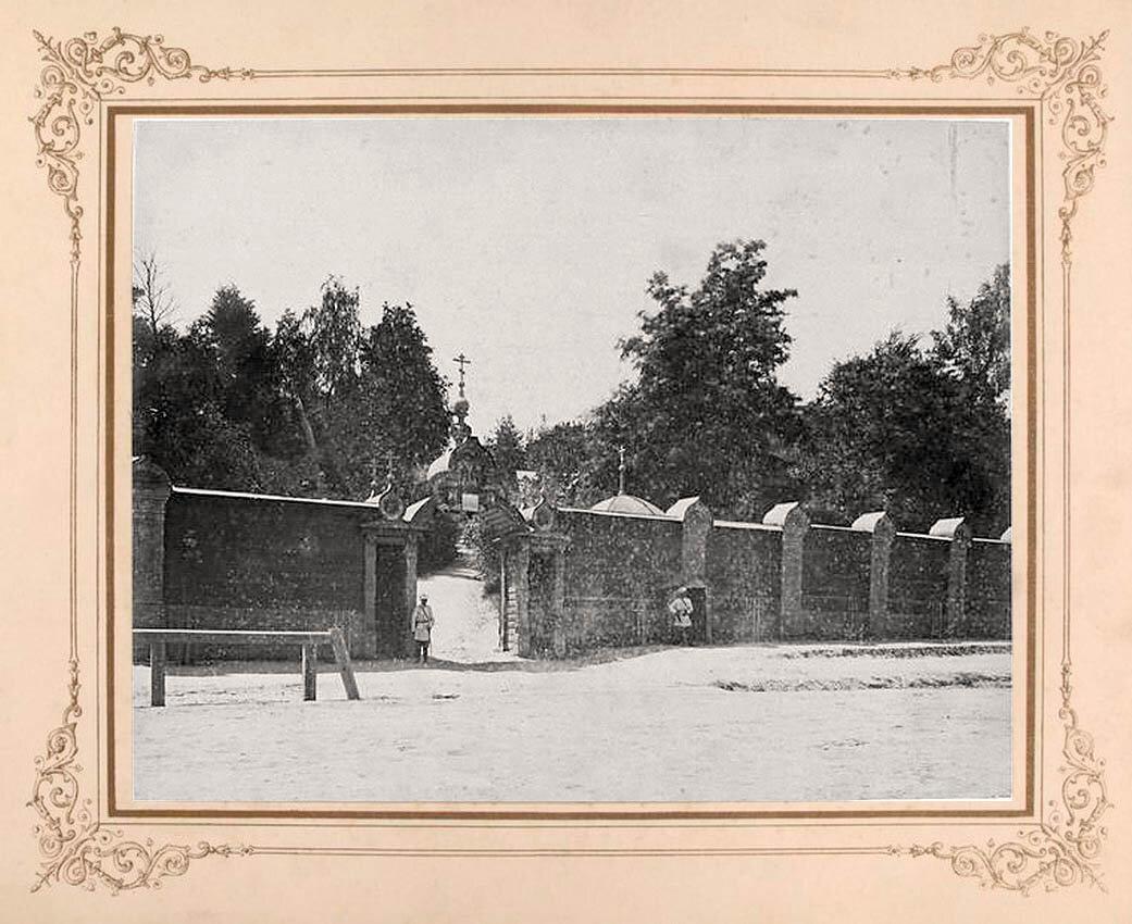 11. Каменные стены монастыря и два постоянных охранника