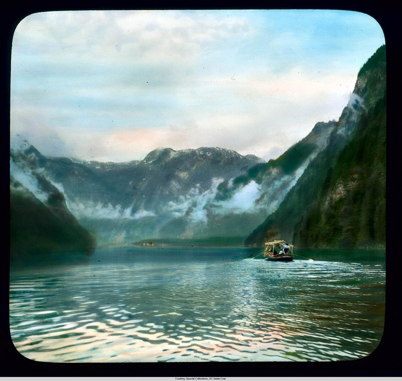 Бавария. Лодка на Кёнигсзе в Баварских Альпах