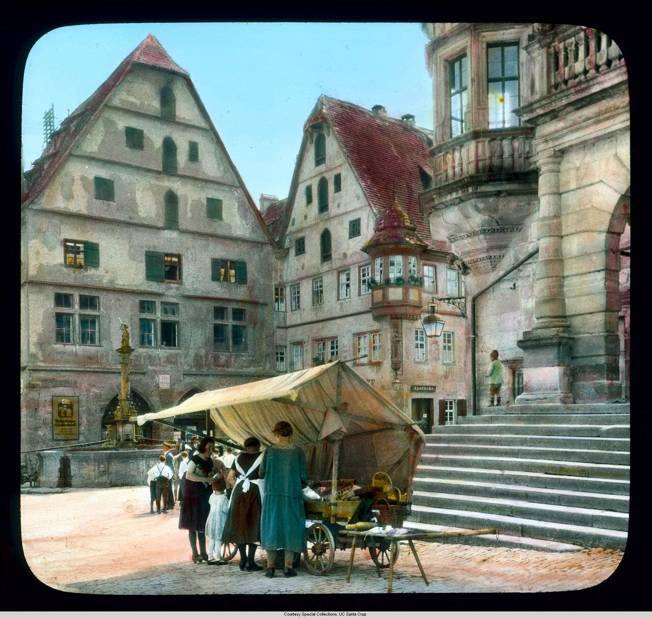 Ротенбург-на-Таубере. Торговая площадь с передвижной торговлей перед входом в Мэрию и фонтаном св. Георгия