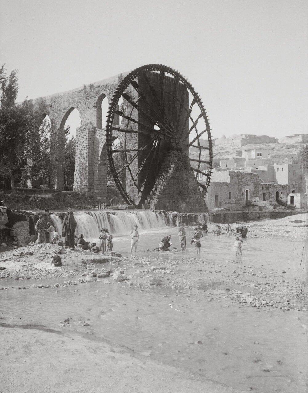 Водяное колесо и водопровод для полива. Хама, Сирия. 1900-1920 гг.