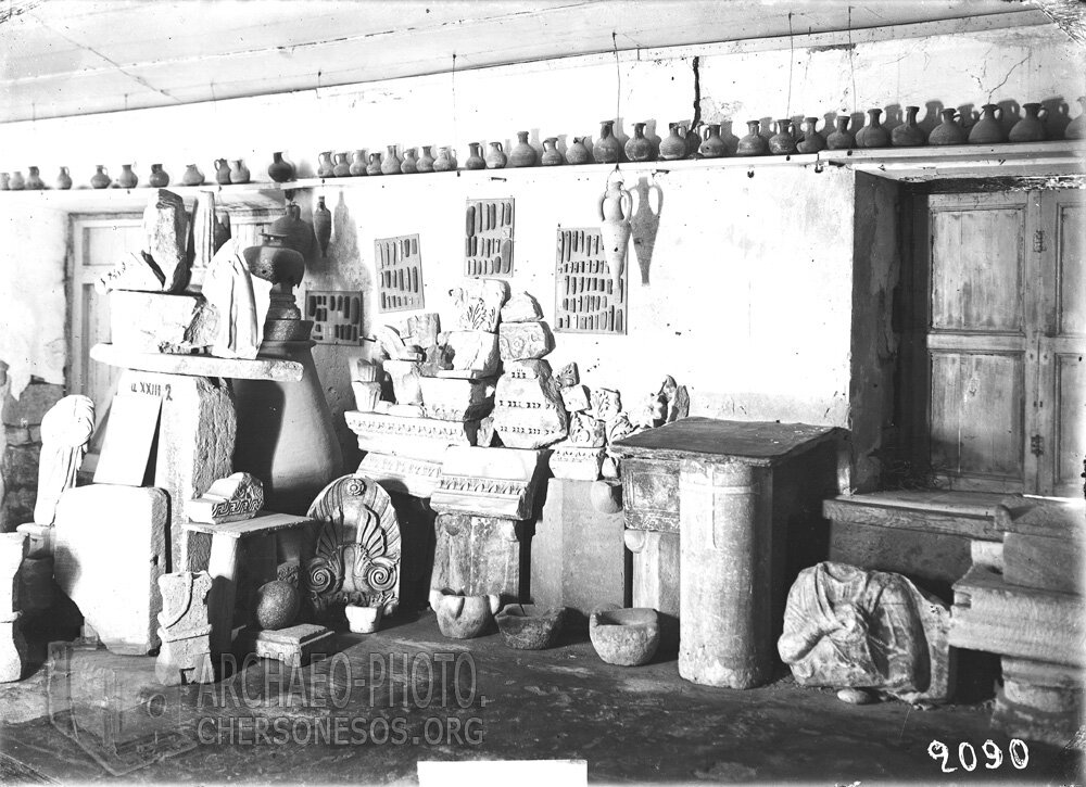 Вид экспозиции с собранием разнородных памятников из раскопок Херсонеса