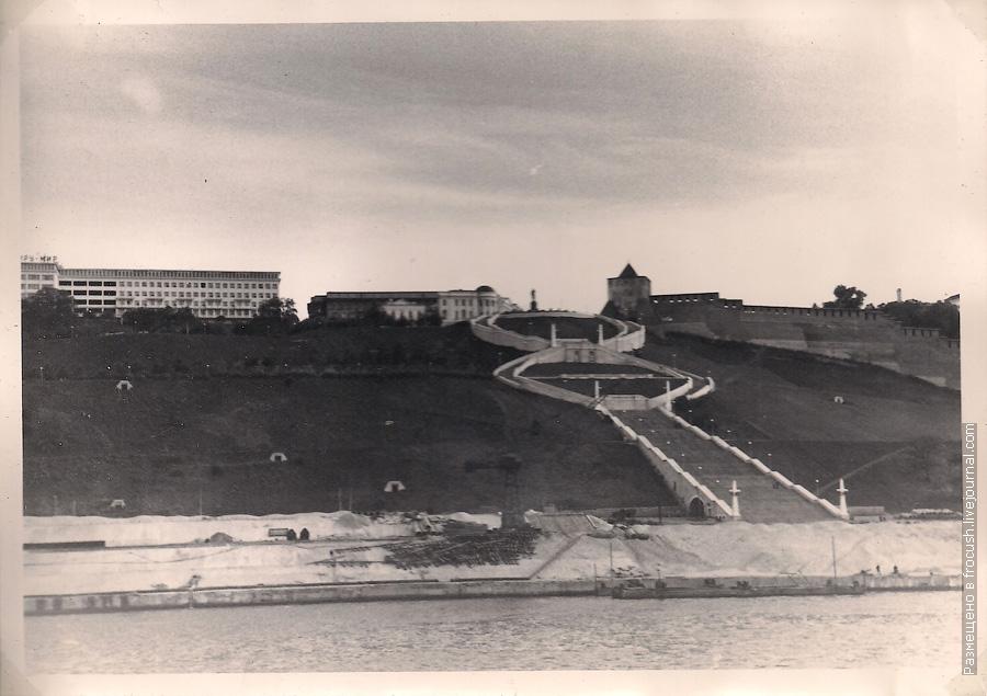 1965 год Горький. Вид с теплохода. Вдали: памятник В.П.Чкалову и Нижегородский Кремль