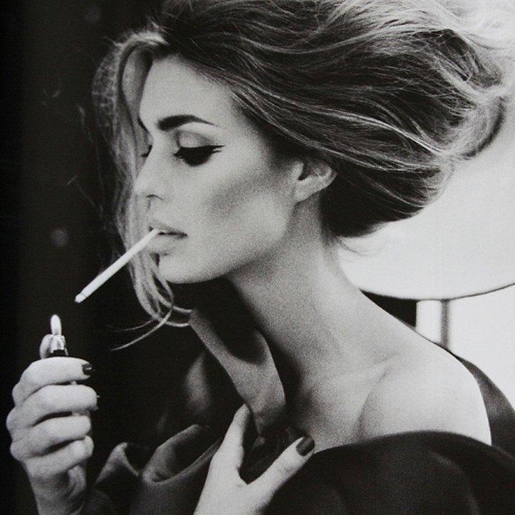 Красивая сексуальная девушка с сигаретой.