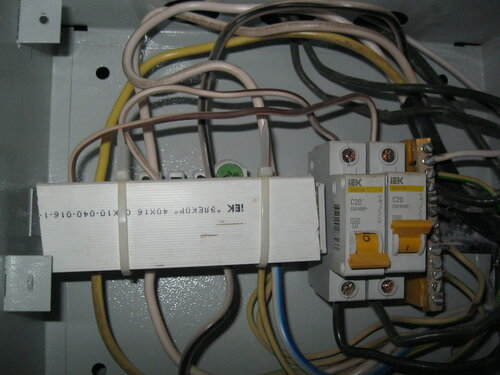 Вызов электрика аварийной службы в квартиру из-за короткого замыкания в системе освещения и неполадок в этажном щите
