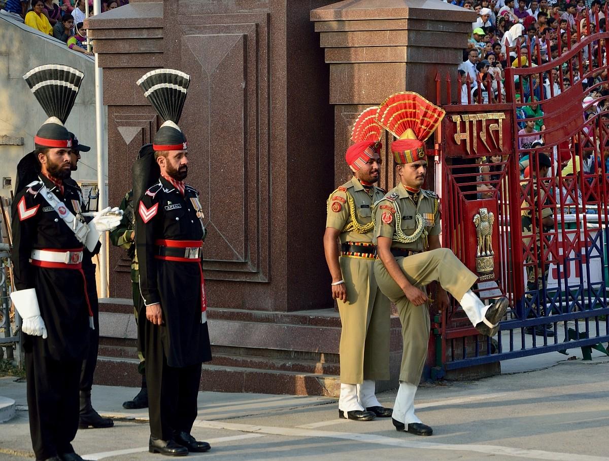 Самое смешное здесь — это как солдаты церемониально вышагивают, задирая ноги выше головы. В черном —