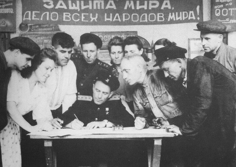 Сбор подписей под воззванием Постоянного комитета Всемирного совета мира о запрещении атомного оружия. Киев, 1950 г.