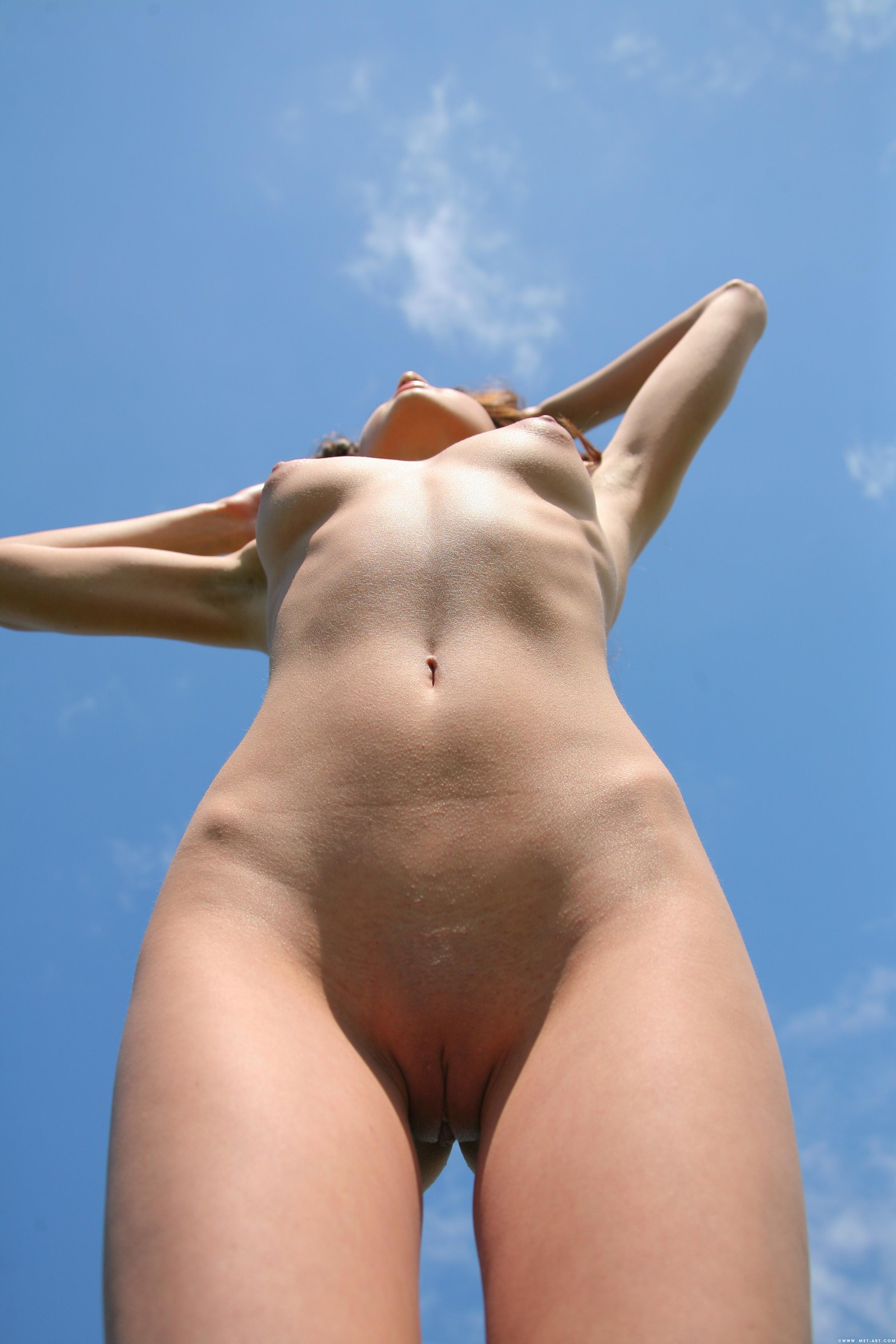 стоящие девушки голые вид снизу вот