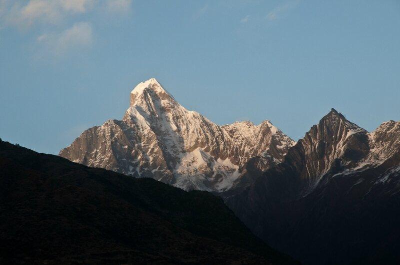 Пики горы Сыгунян на закате