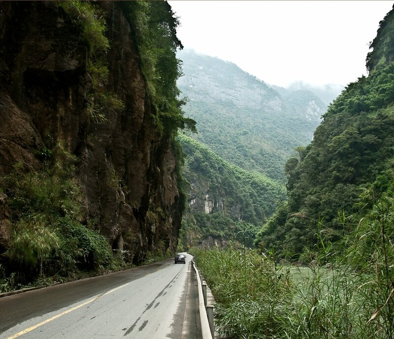 Стена и дорога