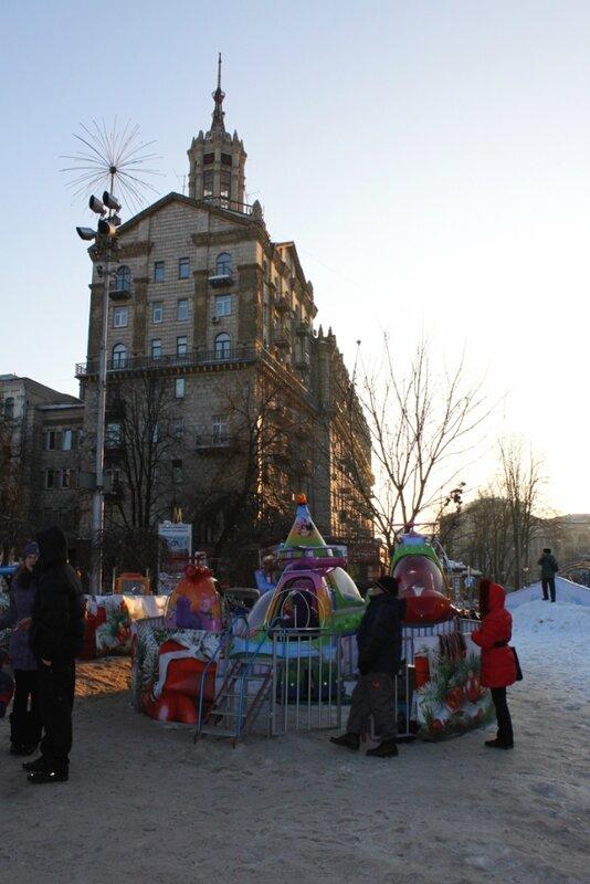 Детская карусель под главной елкой Киева