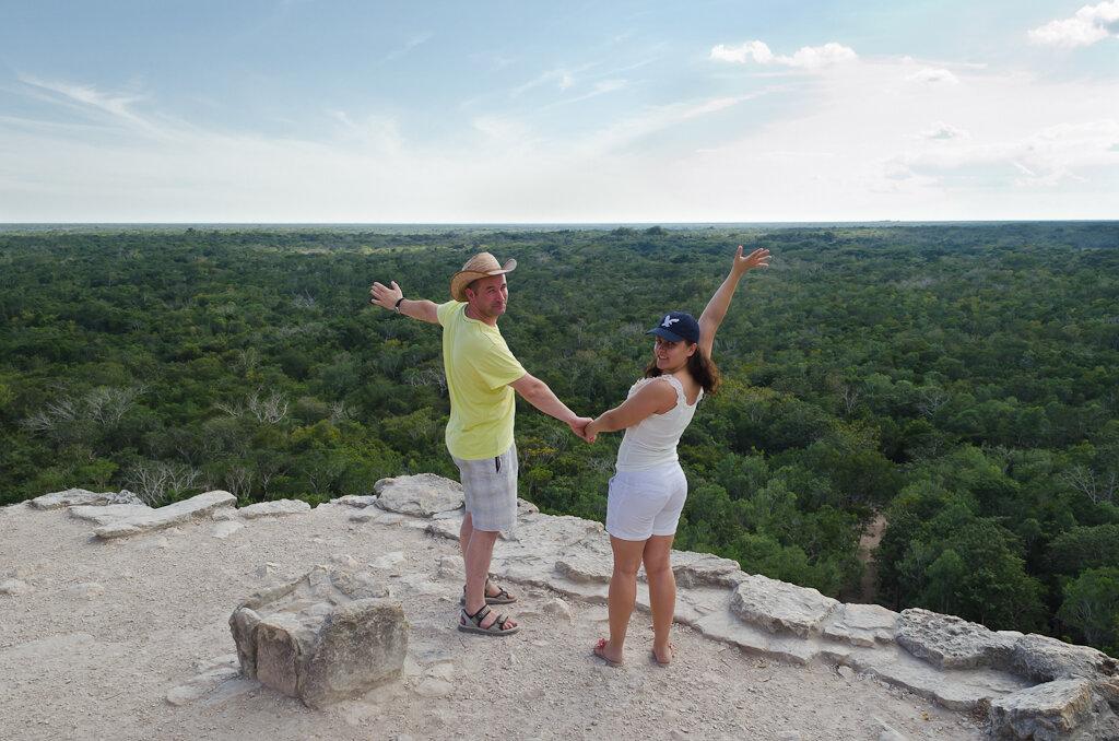 На вершине пирамиды индейцев Майя во время самостоятельного путешествия Без полярика облака и небо выглядят бледными. Снято на Nikon D5100 KIT 18-55