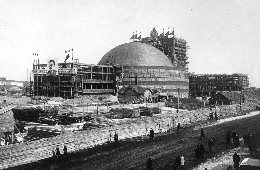 Закончив бетонирование осенью 1933 года, распалубку отложили и домкраты. и бетоном можно было просунуть тонкую полоску железа. в архитектуре, возобладали декоративное обогащение и классический стиль