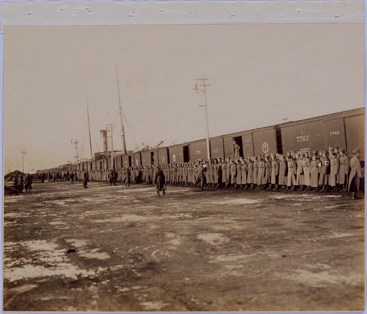 Офицеры и солдаты 8-го полка прибыли в Далянь утром 16 марта. Построение после прибытия на пристань для осмотра