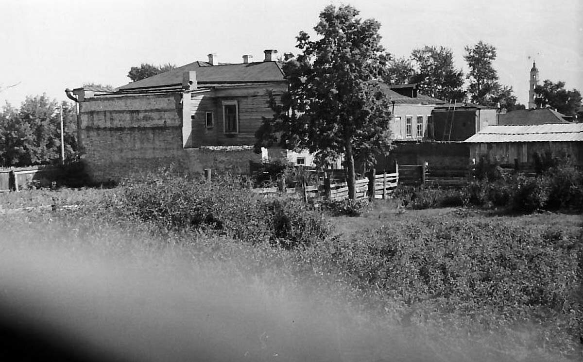Вид на улицу Гассара со двора дома Чарушниковых – в сторону нынешней площади Ленина