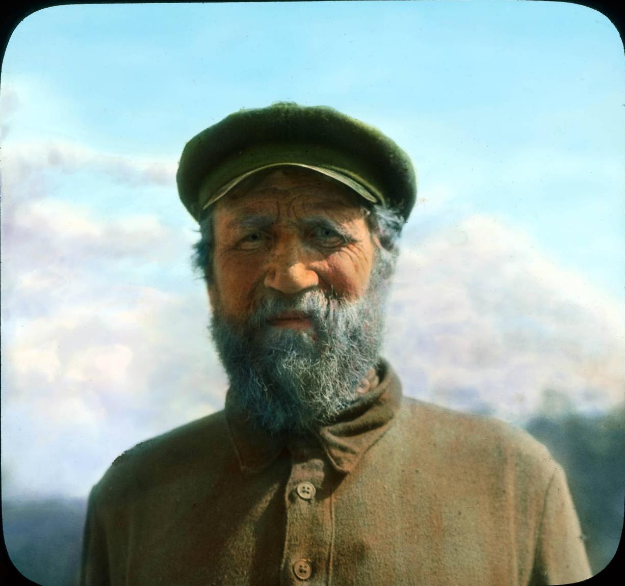 Москва. Портрет старика в традиционной крестьянской одежде