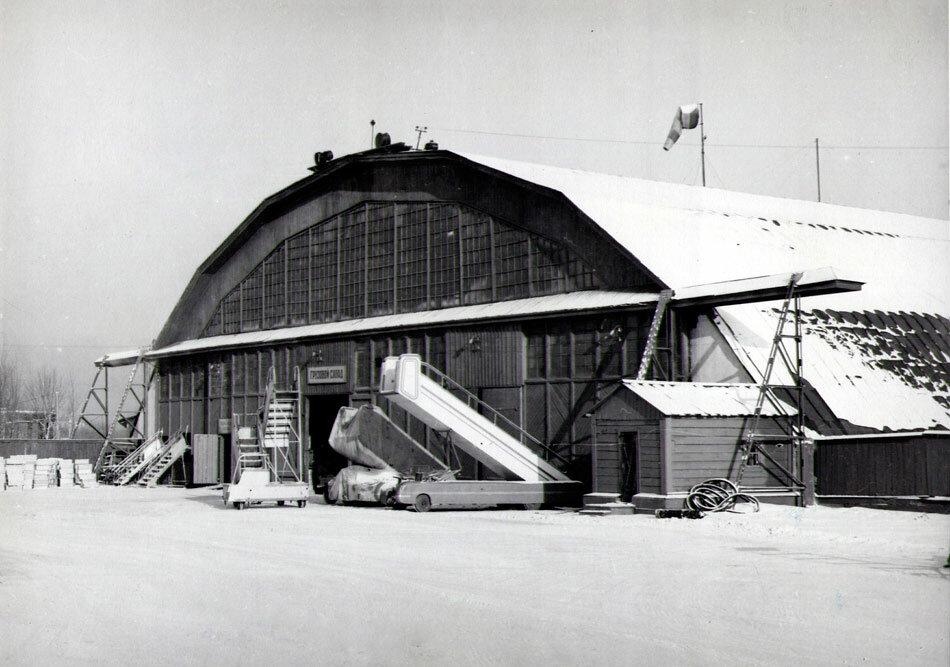 Грузовой склад иркутского аэропорта. 60-е годы
