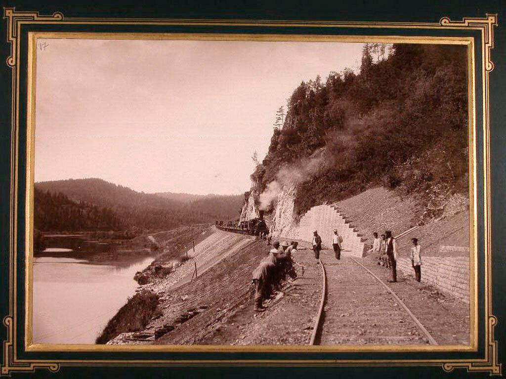17. Рабочие во время укладки железнодорожного полотна вдоль реки Сим