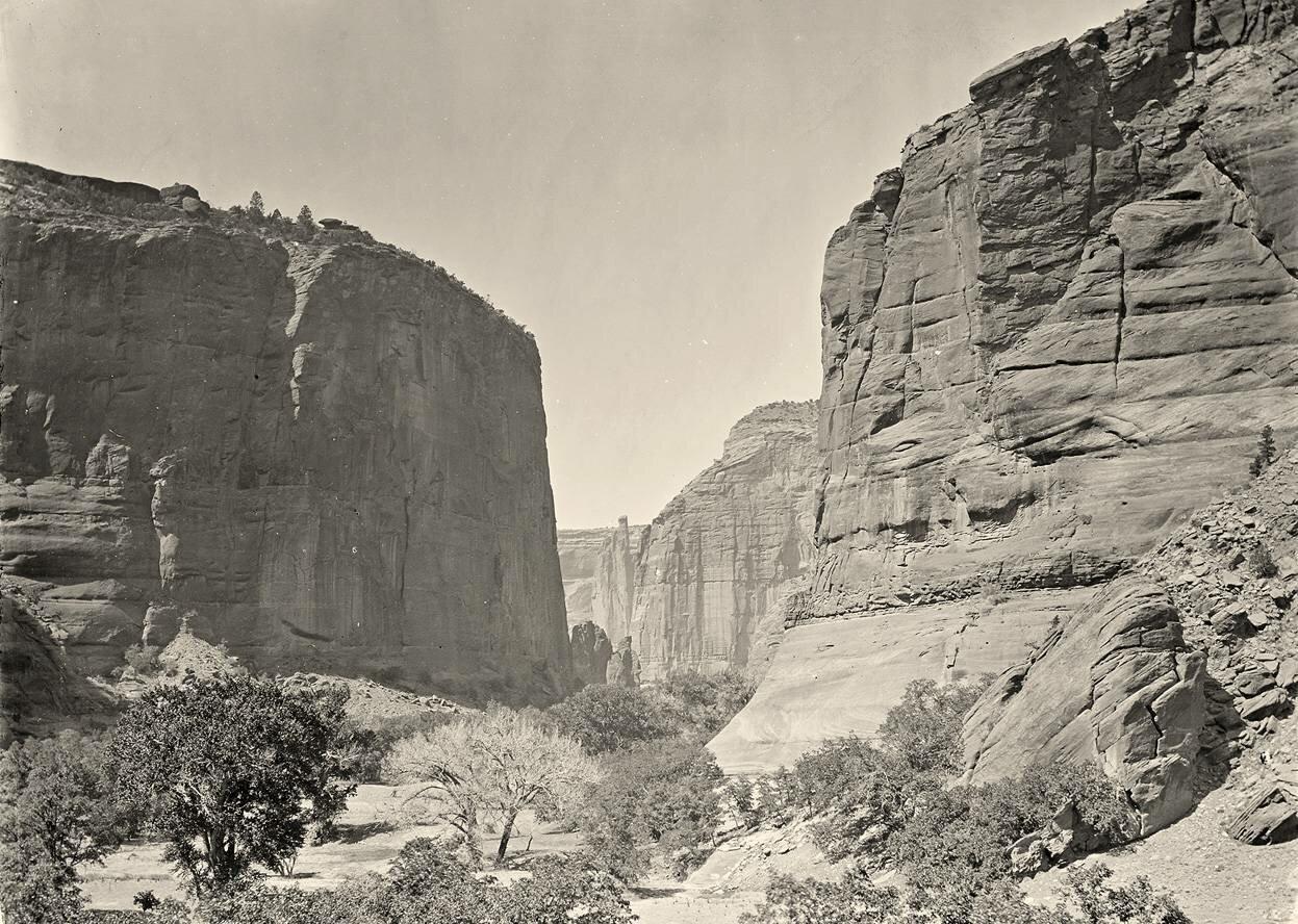 Каньон де Шелли, стены, которые поднимаются около 1200 футов над уровнем моря, в Аризоне в 1873 году.